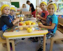 """Pszczółki – dziecięce kulinaria ,, Jabłka pieczone z kruszonką"""""""